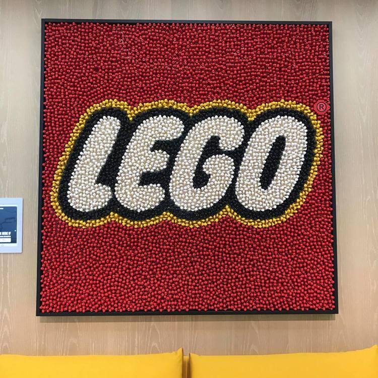 樂高辦公室必備特色:由5,620個樂高人偶打造的經典LOGO。記者陳立儀/攝影