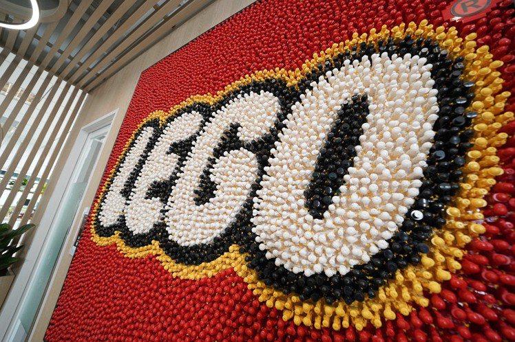 樂高辦公室必備特色:由5,620個樂高人偶打造的經典LOGO。圖/台灣樂高提供