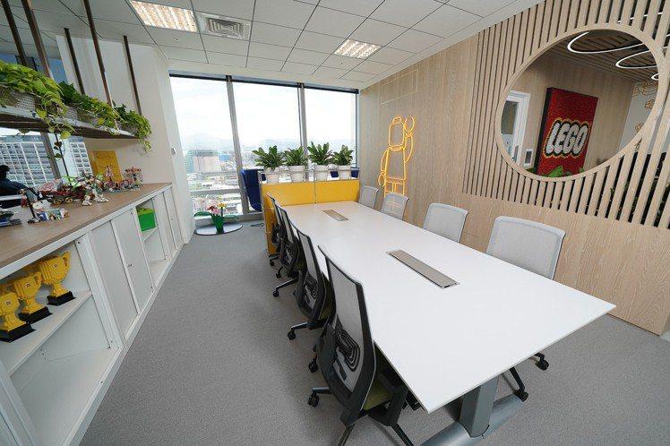 台灣樂高辦公室擁有全球唯一的樂高人偶霓虹燈。圖/台灣樂高提供