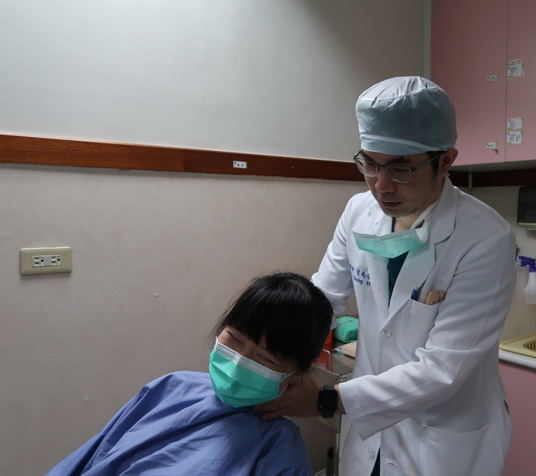 耳石滑脫會影響身體平衡,讓病患感覺暈眩,透過耳石復位可以改善。圖/南基醫院提供
