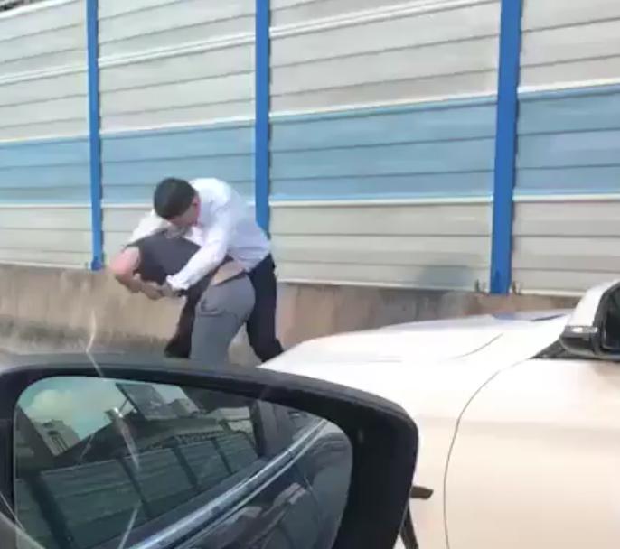 2名男子昨天在北市新生高架道路上互毆,被警逮後互相道歉不提告。記者蔡翼謙/翻攝