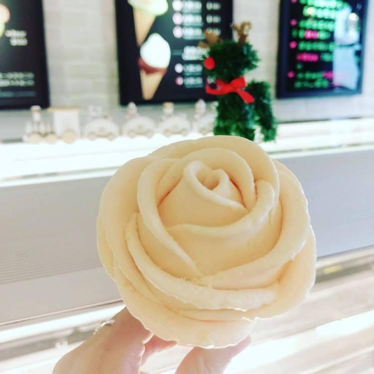 玫瑰花冰淇淋美翻IG。圖/June30th六月三十義式手工冰淇淋 提供
