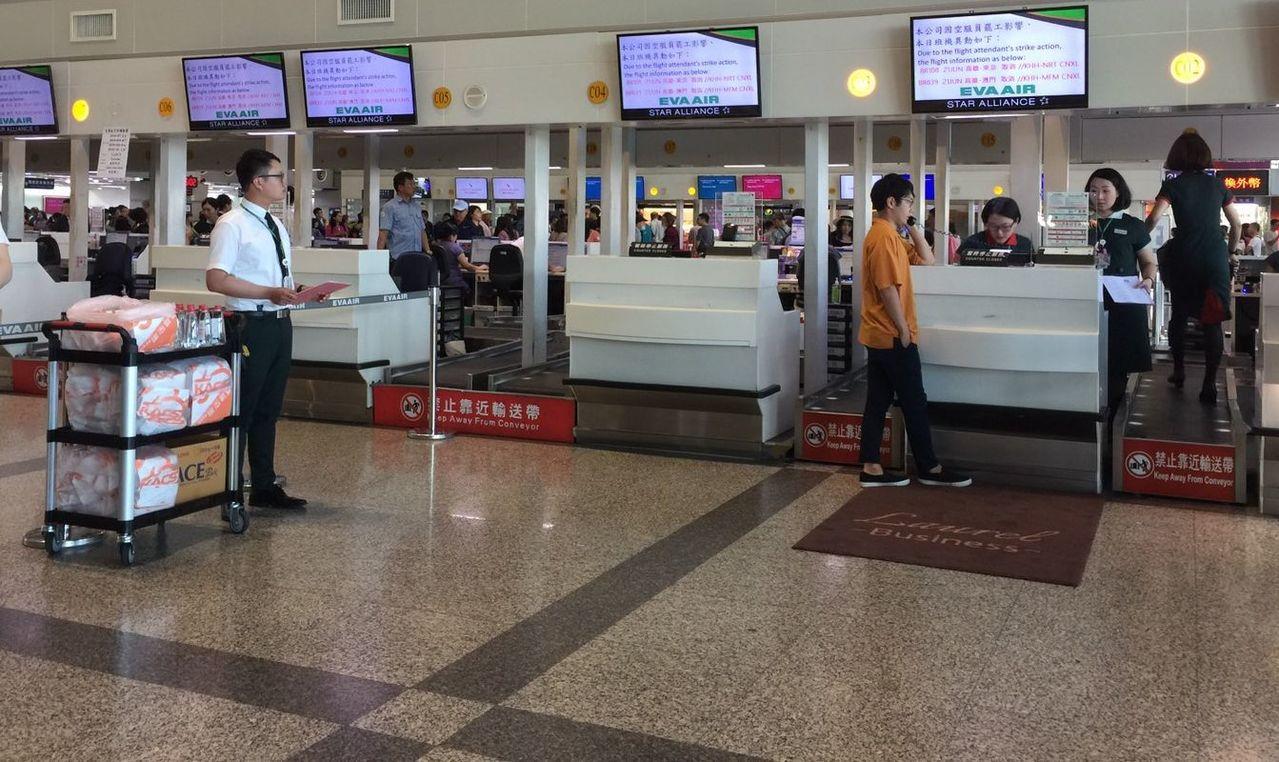 長榮航空的空服員罷工,明(22)日由高雄出發的航班確定取消7航班。記者楊濡嘉/攝...