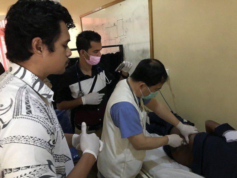 國泰副院長簡志誠(中)進行疼痛阻斷術。圖/國泰醫院提供