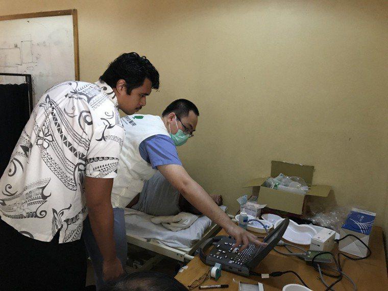 放射線科戴嘉裕醫師(右)於疼痛門診提供超音波影像導引定位。圖/國泰醫院提供