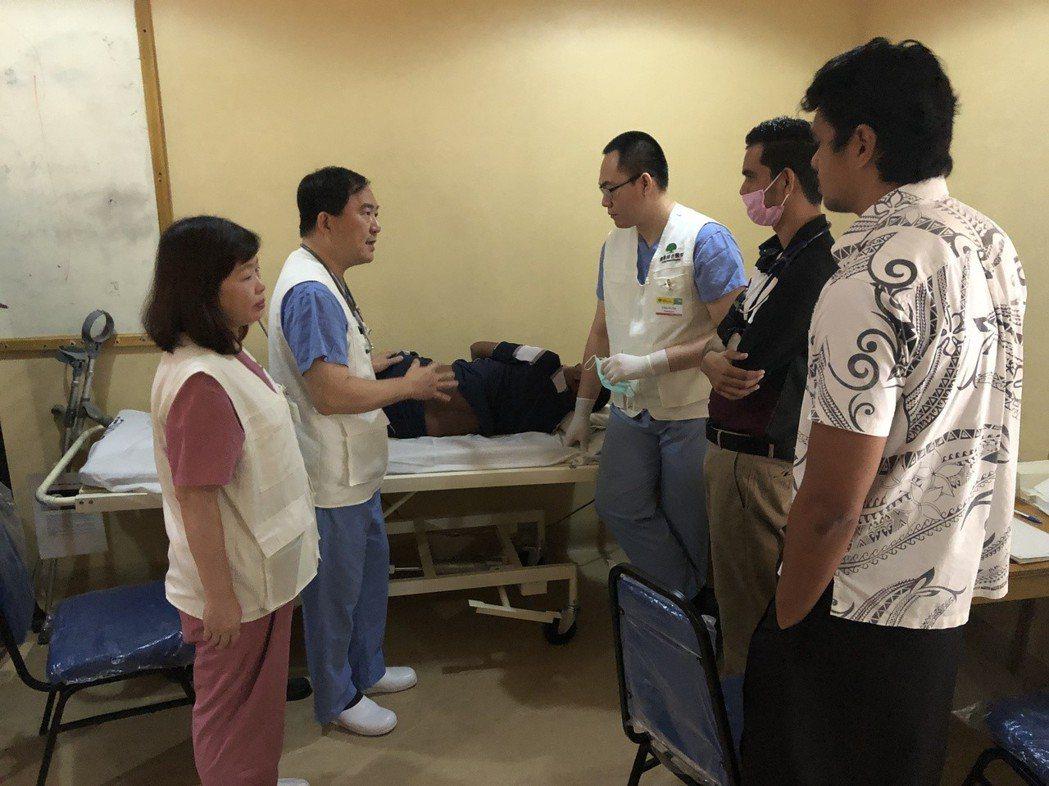 疼痛門診由麻醉科簡志誠副院長(左二)與放射線科戴嘉裕醫師(右三)通力合作,進行疼...