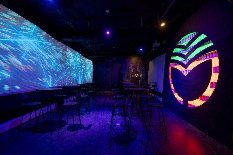 利用光雕牆面打造沉浸式體驗,消費者能充分感受酒吧的微醺氛圍。圖/金門酒廠提供