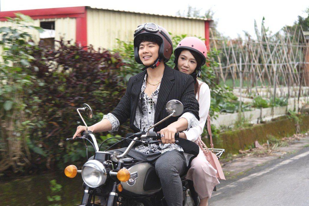 李佳豫(右)和吳念軒在「月村歡迎你」中感情默默滋長。圖/三立提供