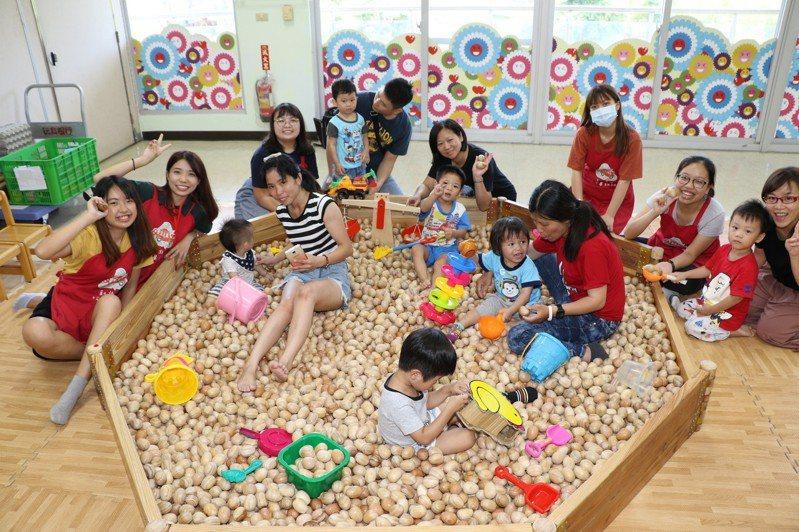 香港浸會大學生隨玩具行動車到深坑,帶領小朋友玩木球池。記者施鴻基/攝影
