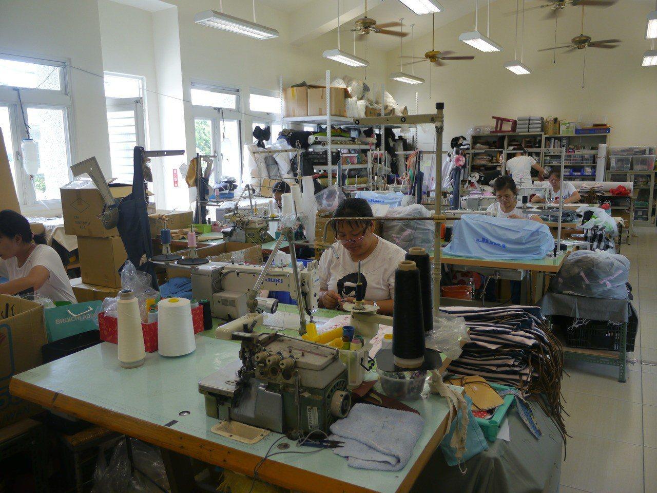 杉林大愛縫紉生產合作社目前有7名成員,未來將轉型成為縫紉職訓班。記者徐白櫻/攝影