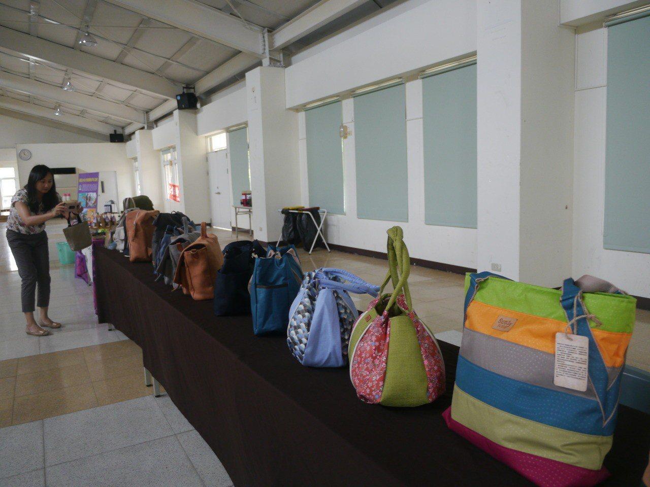 杉林大愛縫紉生產合作社生產的商品多元。記者徐白櫻/攝影
