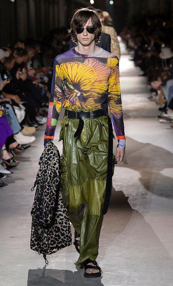 皮革、PVC、縐紗等面料呈現Dries Van Noten男裝的萬種風情。圖/取...
