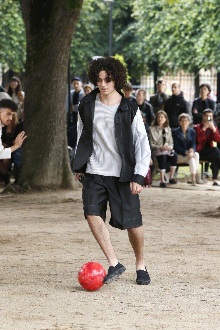 踢球的男子所需的服裝舒適度,也在HOMME PLISSÉ設定之內。圖/ISSEY...