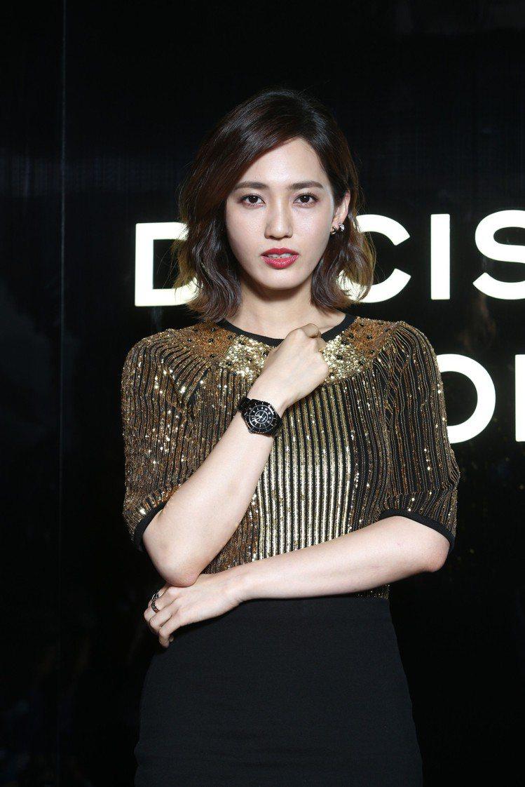 王棠云以紅唇妝搭配黑金色系服裝出席香奈兒J12腕表上市酒會。記者蘇健忠/攝影