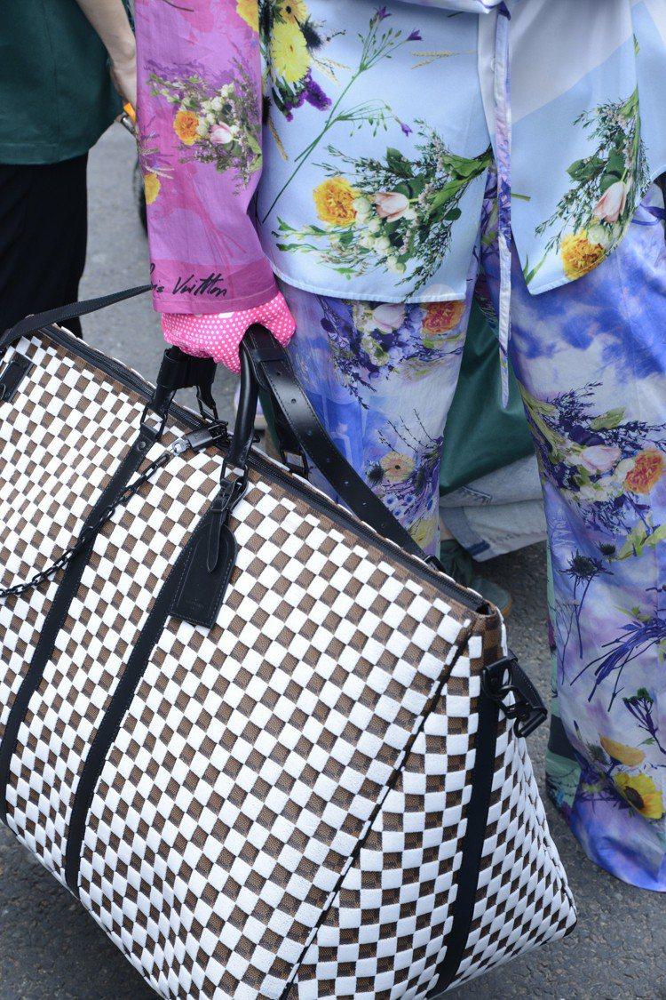 以Damier做變化的的全新結構手提袋。圖/LV提供