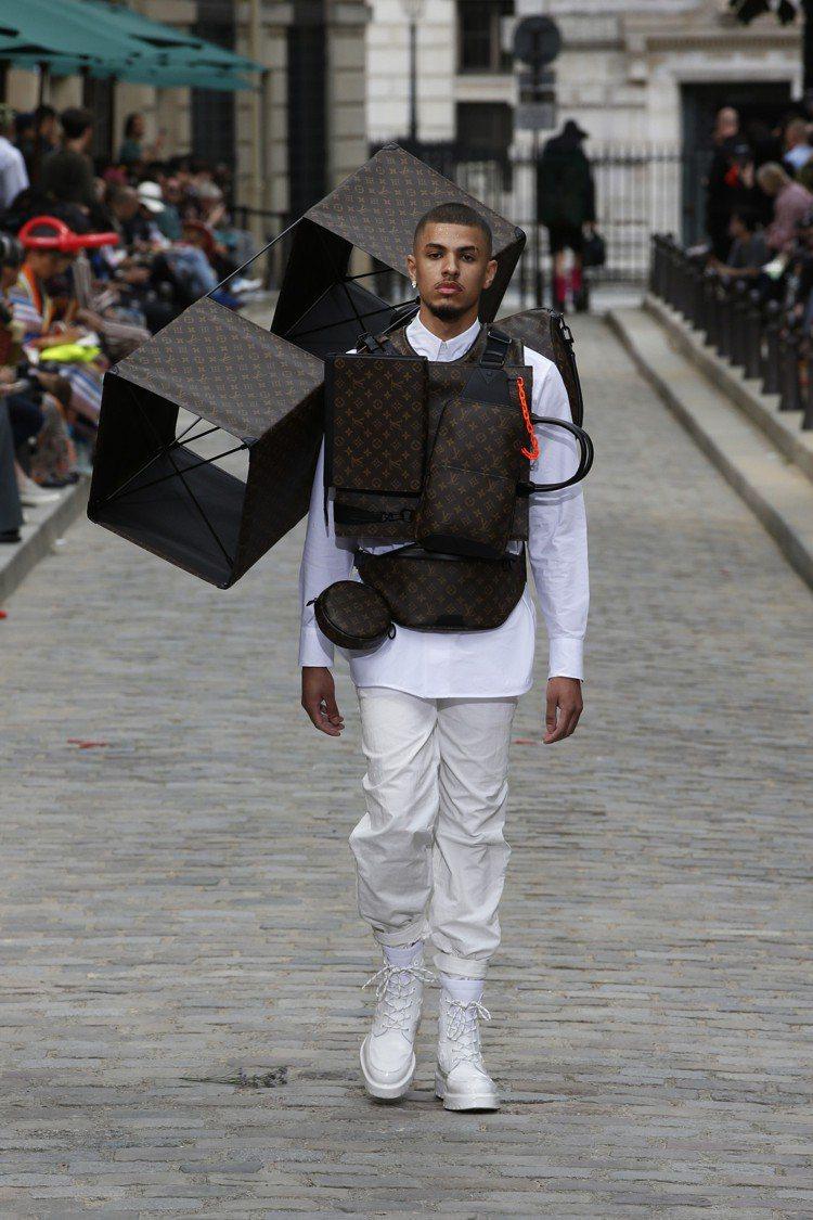 多口袋的工裝設計延續前季,方形風箏造型則是呼應本季大秀意象。圖/LV提供