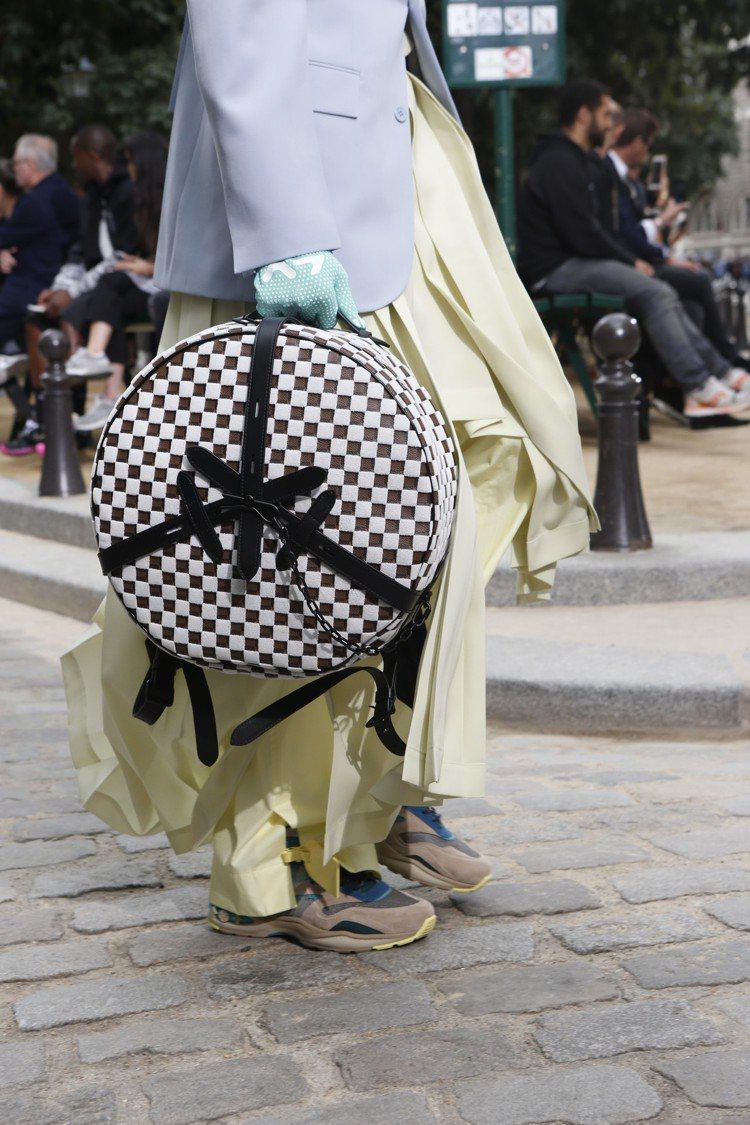 2020春夏男裝也出現了以帽箱(Boite Chapeau)為靈感的新款手袋。圖...