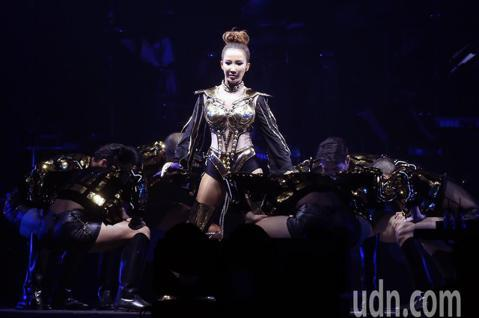 Coco李玟二度攻蛋 〈You&I 〉台北場今晚在小巨蛋登場, Coco李玟以近40首金曲呈現自己出道25年音樂人生旅程,首首金曲讓歌迷合唱宛如萬人KTV。