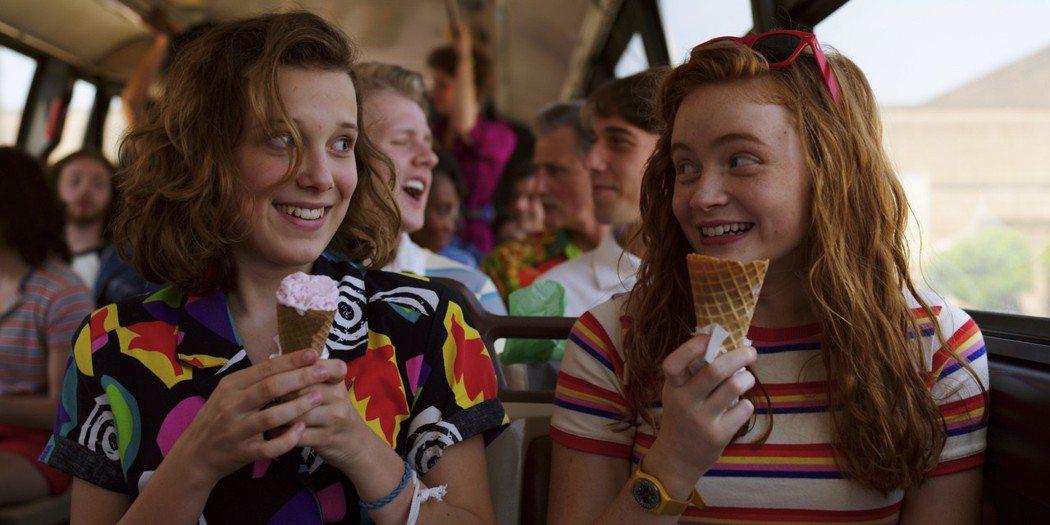伊萊雯(左)在「怪奇物語」第3季中終於有青春歡樂的面貌。圖/摘自Netflix