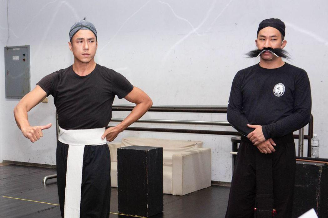 張凱勛(左)、黃健瑋為了恩師李柏君紀念會,隔13 年再登京劇舞台。圖/凱渥提供