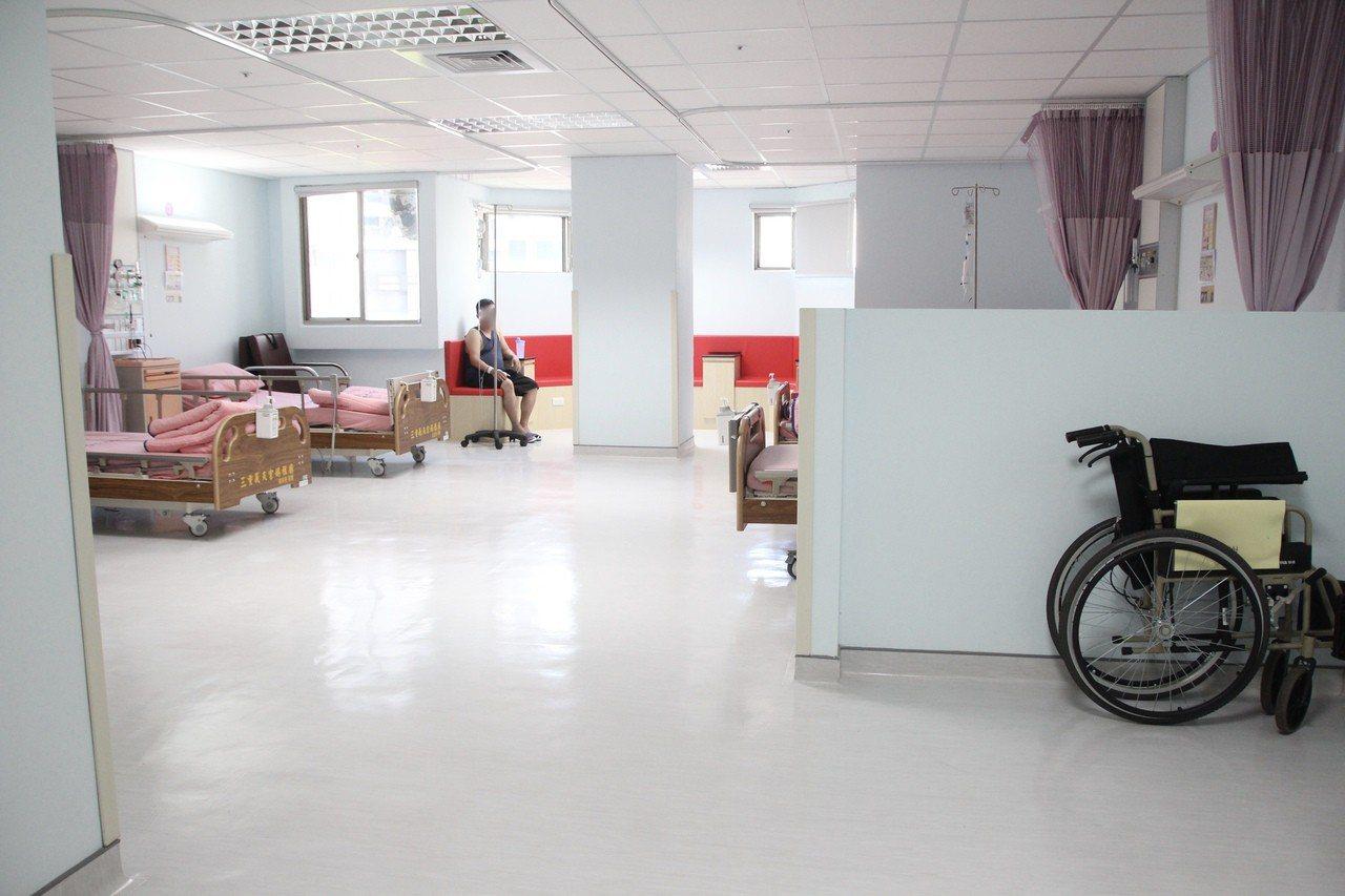 新北市立聯合醫院三重院區病房打造現代化衛浴設備、人性化的家屬休息環境。記者魏翊庭...