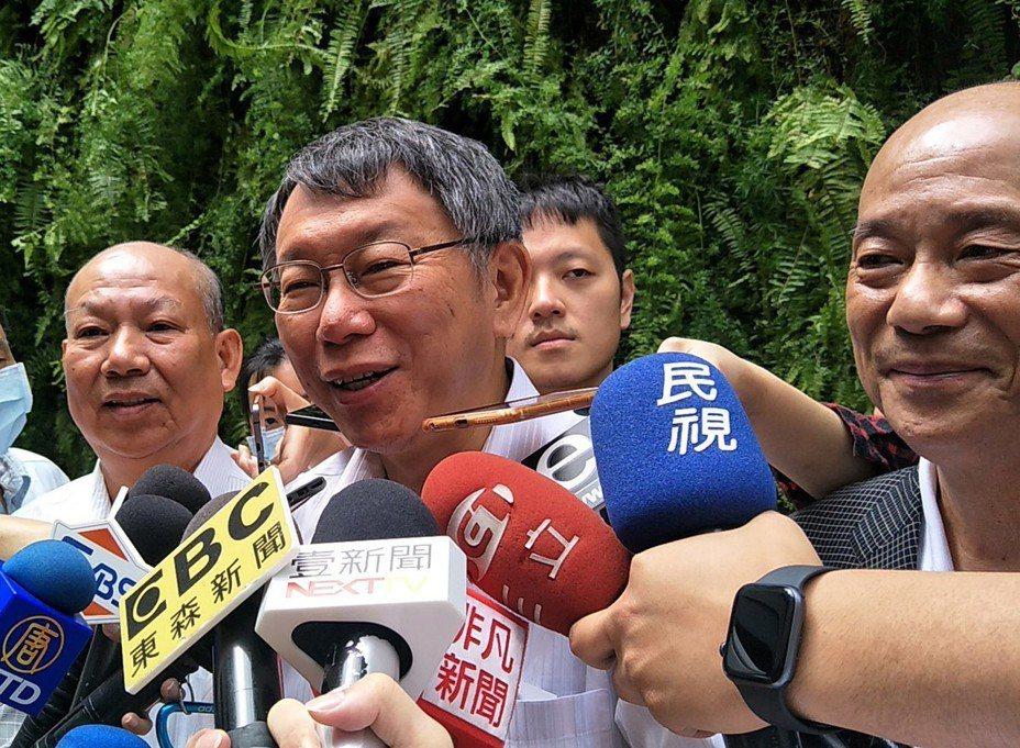 台北市長柯文哲(中)被媒體問及中國大陸今年雙城論壇是否出難題?柯文哲表示,兩岸要互相諒解。 圖/聯合報系資料照片