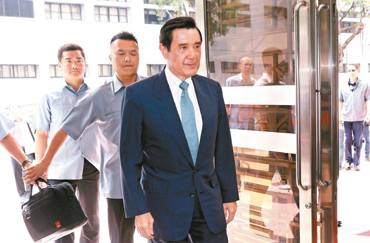 前總統馬英九(右)被控洩密案,昨到高院出庭,馬強調自己無罪。 記者林俊良/攝影