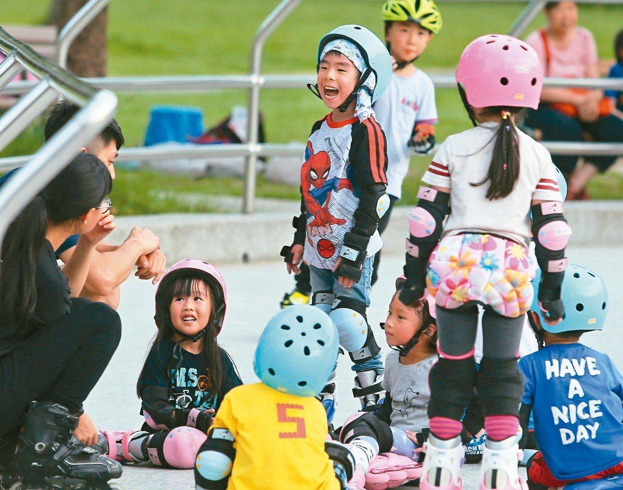 行政院長蘇貞昌昨天宣布八月起「擴大發放育兒津貼」,要讓全國二至五歲的八十萬名幼兒...