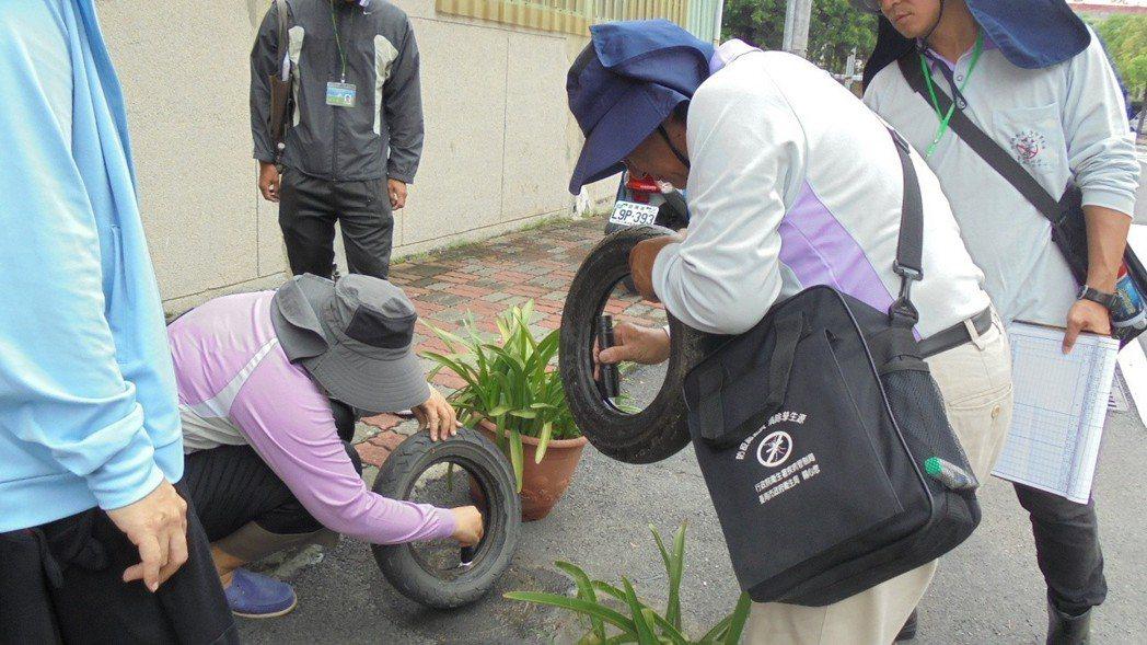 台南市監測人員檢查廢棄輪胎是否有病媒蚊孳生源。圖/台南市衛生局提供