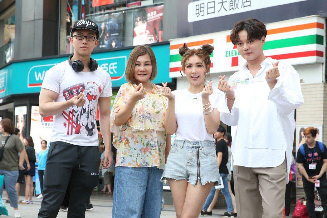 愷樂(右二)、孫安佐(左一)、許富凱(右一)與官靈芝(左二)昨天在西門町參加愛盲...
