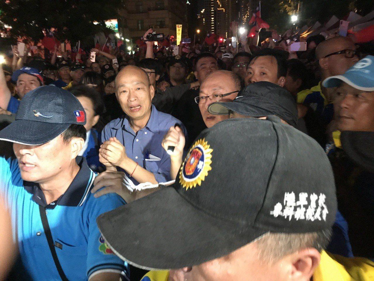 今晚7點多,韓國瑜與妻子李佳芬在百位青年軍的簇擁下大進場。記者林佩均/攝影