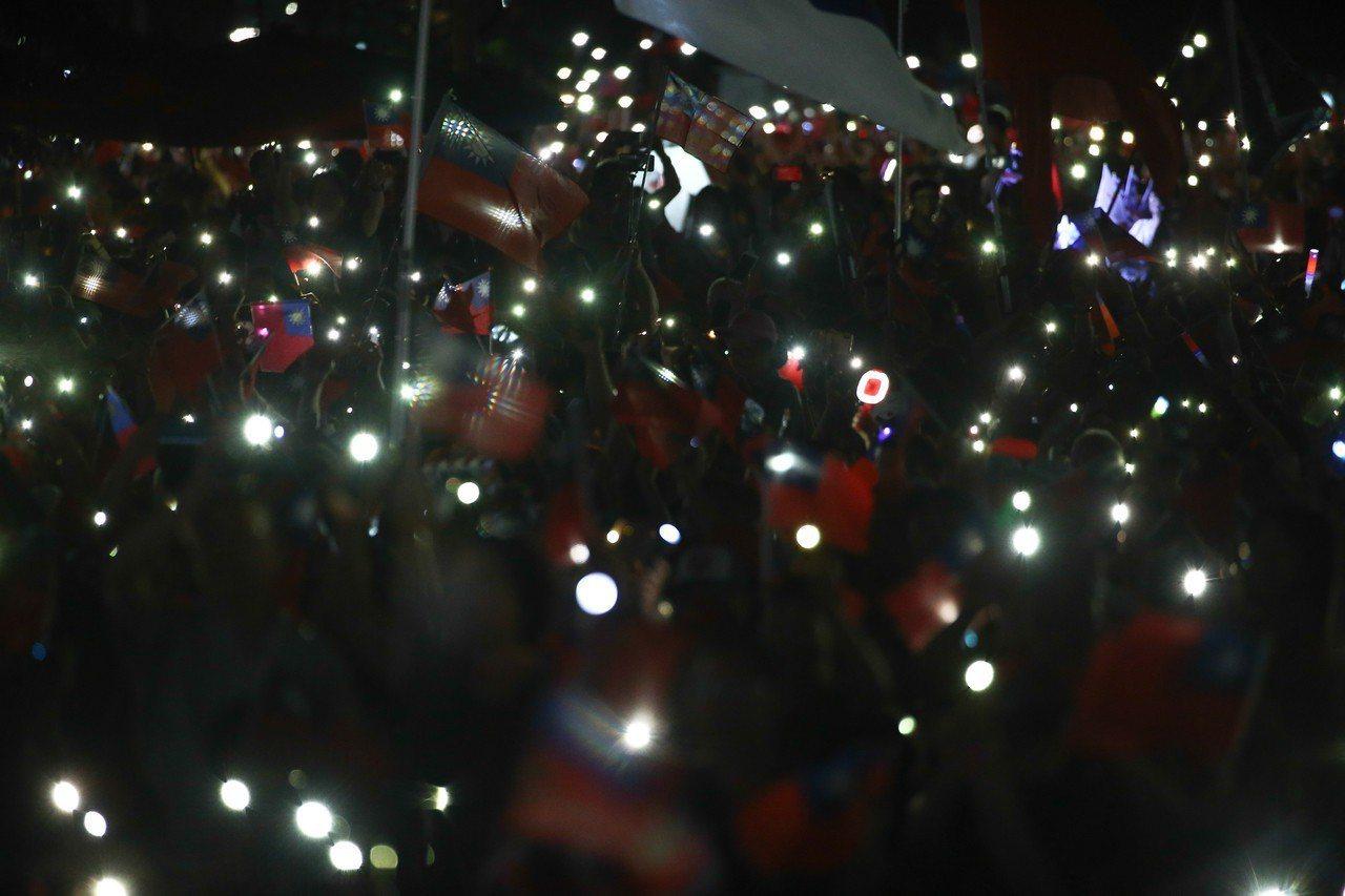 民眾舉起「手機燈海」,現場繁星點點,相當美麗。記者黃仲裕/攝影
