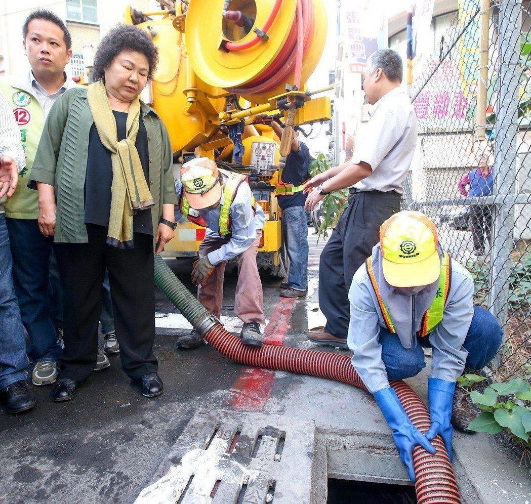 2014年底,時任高雄市長陳菊(左二)宣導清理積水容器,並查看注入海水到地下水道...