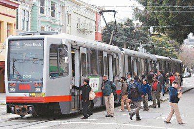 穿梭在市區大街小巷的公車,可能是讓人抱怨最多的大眾運輸工具,總是塞在路中間、經常...