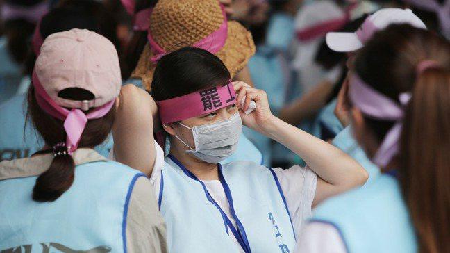 長榮航空空服員罷工22日進入第三天,持續在長榮南崁運航大樓前抗議。 記者林澔一/...