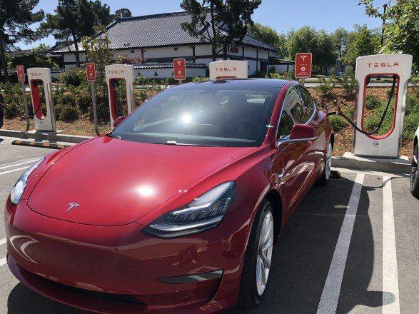 一輛Tesla電動車正在充電。(Getty Images)