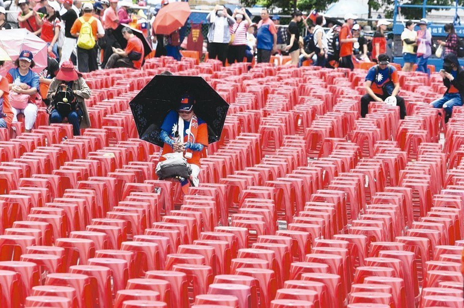 韓國瑜支持者一早就到台中造勢會場占位。 記者黃仲裕/攝影