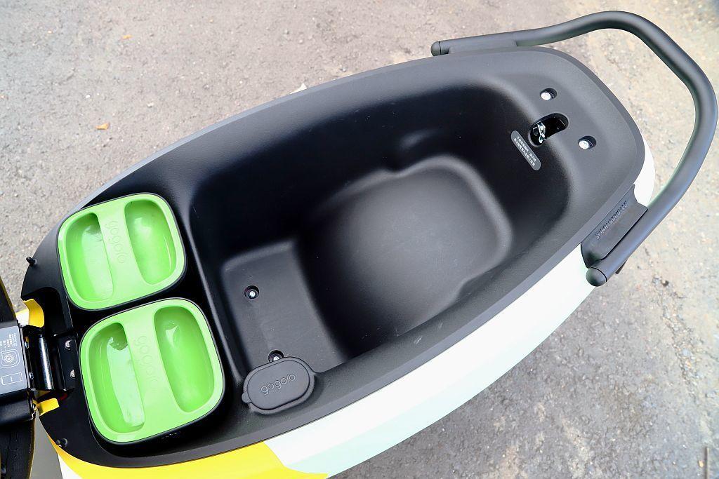 Gogoro 3坐墊不僅面積更大,車廂置物空間也提升至26.5L容量表現。 記者...