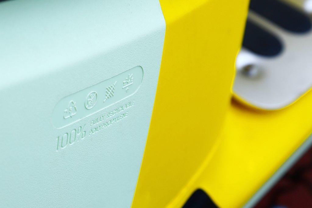 Gogoro 3採用的無毒5號塑膠材質PP(聚丙烯)車身外殼,優點是環保、耐刮且...