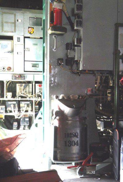 C-130機艙前方的不鏽鋼製尿桶。圖/聯合報系資料照片