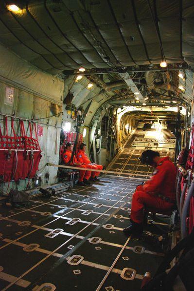 C-130貨艙,馬桶就隱藏在圖中兩名並排而坐機員右方(左手側)的艙壁「畸零」空間...