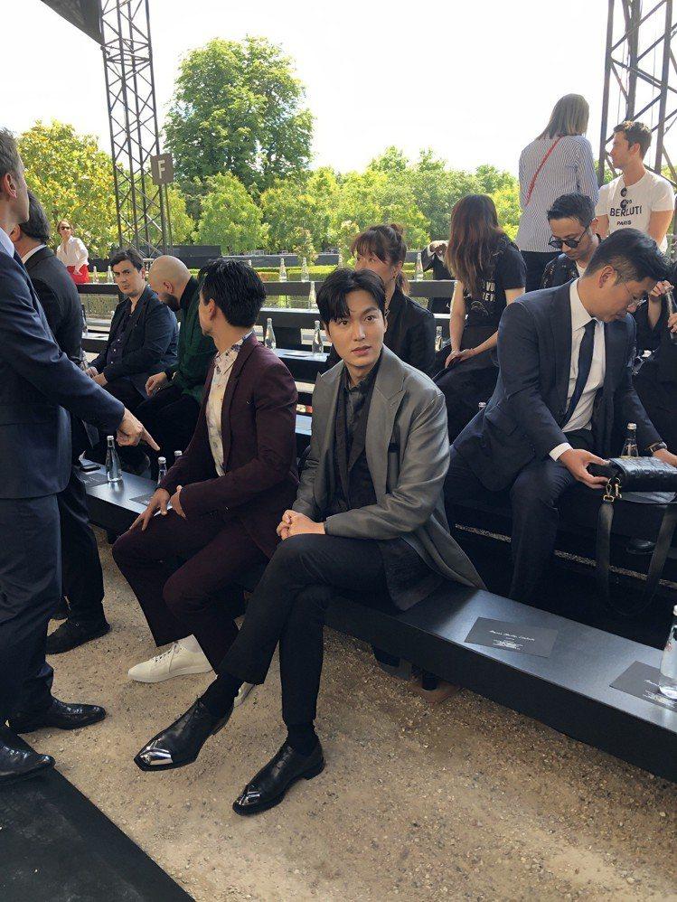 歐巴李敏鎬受邀看BERLUTI的春夏大秀,恰好正坐在彭于晏旁邊。圖/讀者提供
