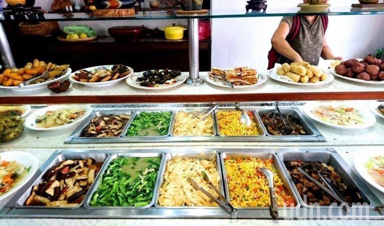 冷凍三色蔬菜讓煮飯變得方便快速,還能使料理顏色更加豐富,在自助餐店也十分常見。本...
