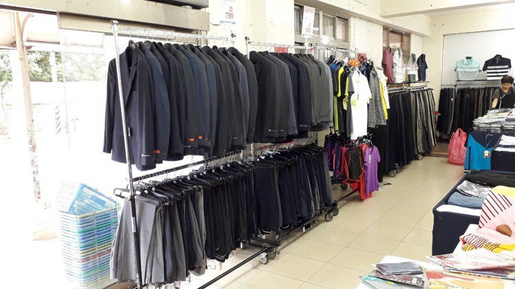 獨家商品推薦專櫃品牌西服,外套搭配西褲,成套組合價1299元。圖/遠東全家福提供
