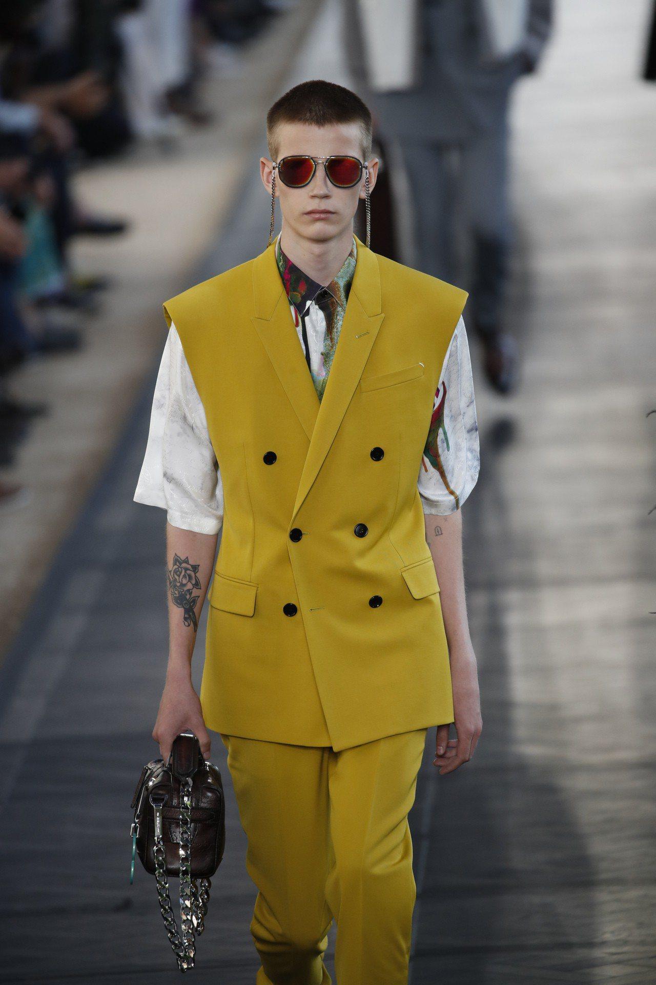 西裝輪廓較為放鬆而舒適,背心式的西裝外套具夏季感。圖/美聯社