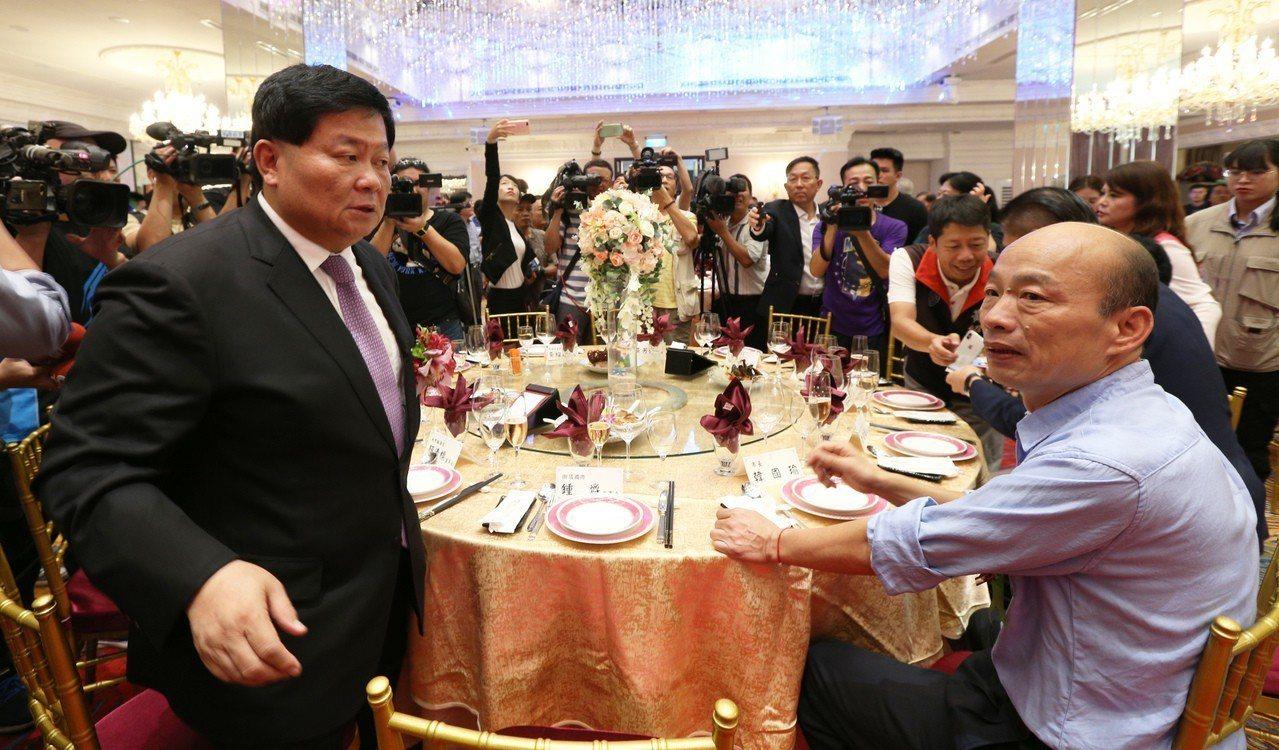 高雄市長韓國瑜(右)今天到台中參加造勢前,將先訪台中重量級黑派大老顏清標。圖為兩...