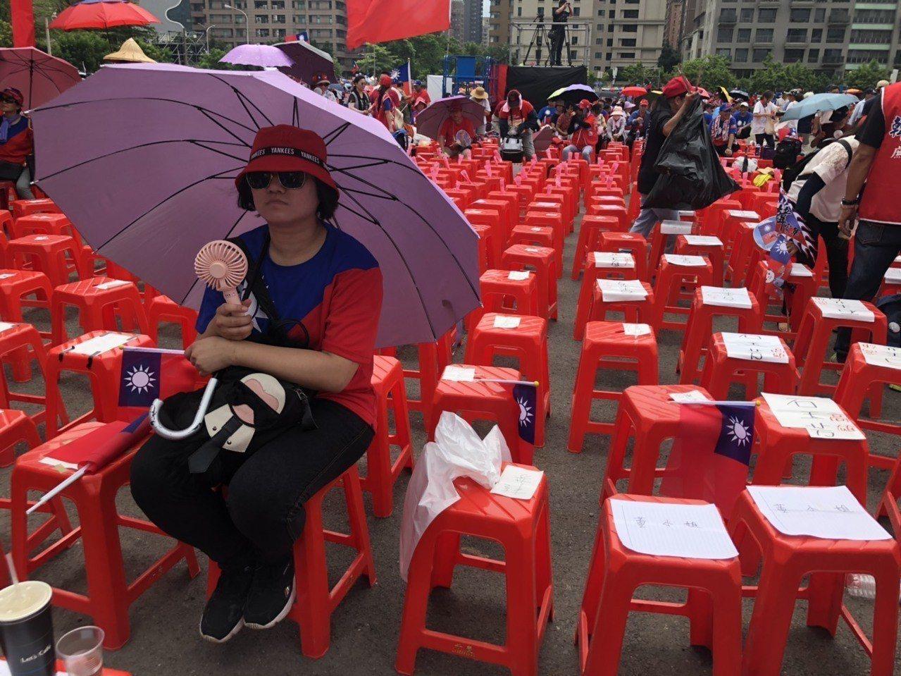 高雄市長韓國瑜傍晚在台中辦造勢,一早已湧入人潮,支持者自備陽傘、風扇搶第一排好位...
