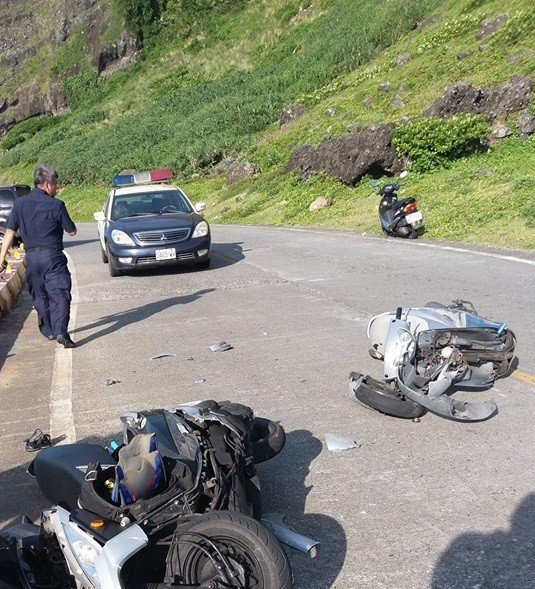 台東蘭嶼昨天發生3起交通事故,引起當地居民抱怨遊客不遵守交通。圖/擷取自黃天德臉書