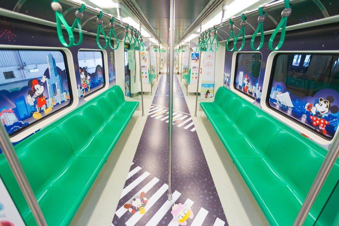 米奇列車內,連地板都有米奇圖案。圖/高雄捷運公司提供