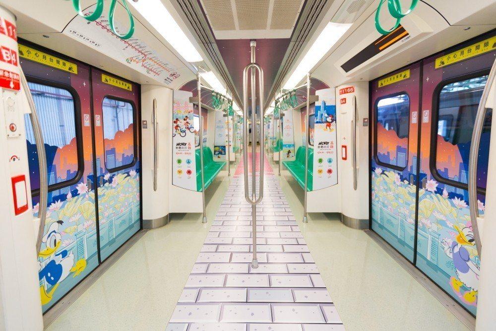 不只米奇,列車內也可見到唐老鴨、黛絲等好朋友。圖/高雄捷運公司提供